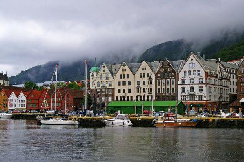 kalnai,Norvegija,Skandinavija,kraštovaizdis,debesys,vanduo,dangus,miestas,fjordas,lankytinos vietos,kelionė,kalnų peizažas,šventė,turizmas,vasara,oras,gražus,uostas,uosto miestas,laivai,burlaiviai,turizmo miestas