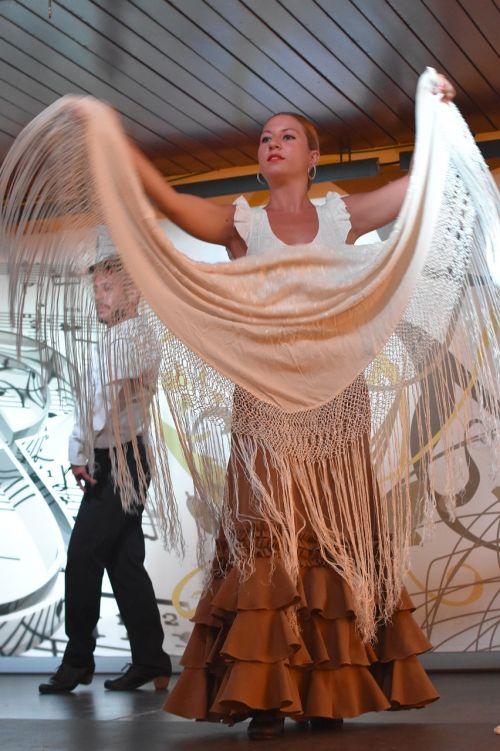 move your body dancing flamenco