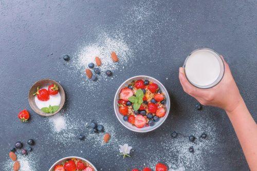 müesli milk fruits