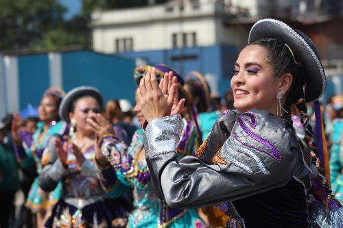 mujer peruana bailando saya en lima perú