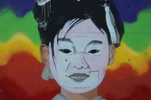 murals face little girl