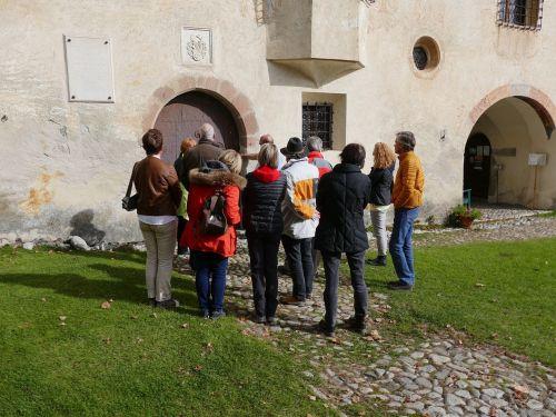 museum queue visitors