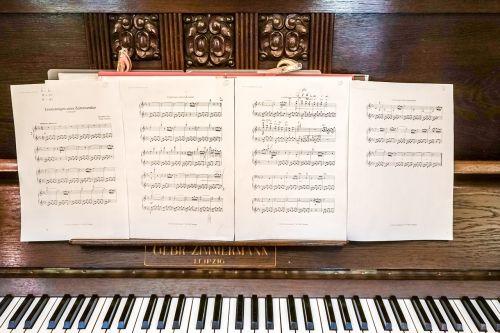 music piano keyboard