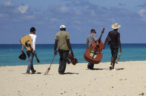 muzikantas, instrumentas, papludimys, muzika, gyvenimo džiaugsmas, šventė, jūra, Kuba, Salsa, egzotiškas, atogrąžų, gitara, kontrabosas, žmogus, džiaugsmas, muzikos grupė, grupė, Havana, karibai, odos spalva, kelionė, kubos, Latino ispaniškas, egzotizmas, erotinis, saulėtas, eiti, smėlis, žmonės, rumba, tradiciškai, požiūris į gyvenimą, linksma, gyvenimo būdas, retro, ispaniškas, asmuo, turizmas, turistinis, tropikai, gražus, rinkliava, vyras, Combo, grupė, koplyčia, kariuomenė, atostogos, gitaristas, gitaristas, būgnininkas, būgnas, dainininkė, trimitas, bosas, Šiaudinė skrybelė, bongo, saulė