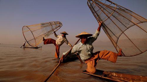 myanmar the one-legged rowing fishing
