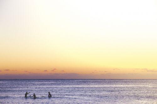 gamta,vanduo,vandenynas,jūra,žmonės,maudytis,banglenčių sportas,dangus,debesys,horizontas,gradientas,violetinė