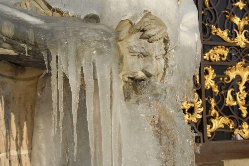 neptune fountain statue