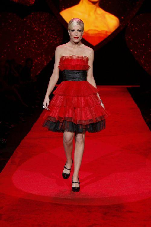 Niujorkas,mada,Rodyti,modelis,modeliavimas,Moteris,raudona suknelė,vaikščioti,rodyti,eksponatas,rinkimas