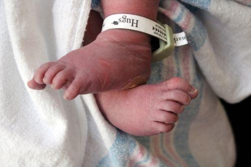 kūdikis, pėdos, pirštai, ligoninė, antklodė, hugs, naujagimio kojos