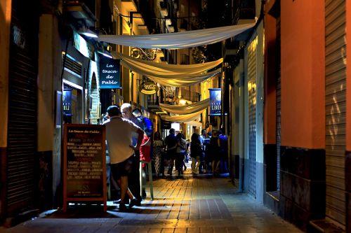naktis,barai,miestas,kėdės,kokteilis,Saragosas,miesto,Ispanija,gatvė,gerti,empedrado,šešėliai,senas,vynas,neonas,baras,gatvės šviesos,mėsa,perspektyva,pilka,alus,eksterjeras,kava,juostos,architektūra,kampas,alėja,alkoholis,restoranas,laisvalaikis,vasara,žmonės,valgyti,mėgautis,spalva,parduotuvės,šventė,popietė,atsipalaiduoti,kompozicija,asmuo,Laisvalaikis,kultūra,turizmas,medžiaga,dirvožemis,turistinis,džiaugsmas
