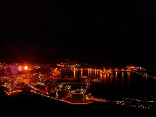 naktis,žibintai,naftos perdirbimo įmonė,Ugnis,liepsna,miestas,jūra,atspindys,atspindėti,atsispindi,uostas,uostas,uostas,jūrų uostas,miesto,tamsi,technologija,industrija,statyba,pramoninis,šiuolaikiška,inžinerija