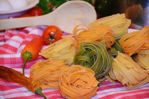 makaronai,tagliatelle,makaronai,žaliavinis,spalvinga,maistas,angliavandeniai,valgyti,virėjas,pagrindinis maistas,ispanų,valgomieji,frisch,kiaušinis,raudonas pomidoras,geltona,žalias,špinatų makaronai,pomidorų makaronai,Viduržemio jūros virtuvė