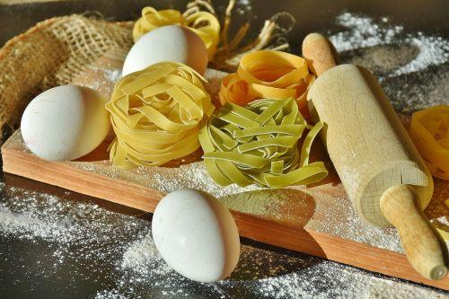 makaronai,tagliatelle,makaronai,žaliavinis,spalvinga,maistas,angliavandeniai,valgyti,virėjas,pagrindinis maistas,ispanų,valgomieji,frisch,kiaušinis,miltai,kočėlas,raudona,geltona,žalias,špinatų makaronai,pomidorų makaronai,Viduržemio jūros virtuvė