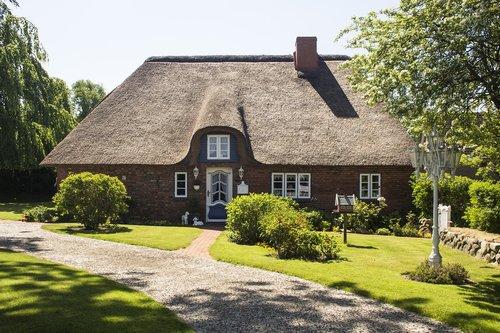 nordfriesland  idyllic thatched cottage  monument