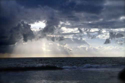 ocean horizon clouds