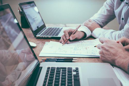 biuras,du žmonės,verslas,komanda,susitikimas,kompiuteriai,nešiojamieji kompiuteriai,dokumentų tvarkymas,popierius,pieštukas,Pastabos,komandinis darbas,planą,bendradarbiauti,du žmonės kalba,verslininkas,profesionalus,Verslo žmonės,žmonės kalba,kolegos,paaiškinti,aptarti,stalas,konsultantas,darbo vieta,komunikacija,bendradarbiavimas,įmonės,diskusija,Patinas,darbas,vyras,kaukazo,du,darbo,žmonės,partnerystė