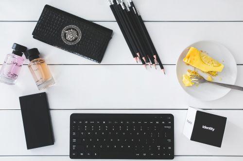 biuras,stalas,darbas,studijuoti,tech,technologija,darbo,verslas,klaviatūra,tortas,darbo erdvė,darbo vieta,darbo vieta,mobilus,telefonas,balta,juoda,minimalistinis,Moteris,moteris,Lady,kopijuoti,copyspace