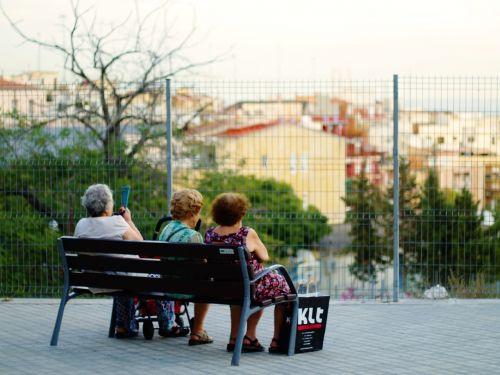senas,žmonės,asmuo,moteris,amžius,vyresni,seni žmonės,močiutė,stendas,gatvė,Senesni žmonės,sėdi,kalbėti
