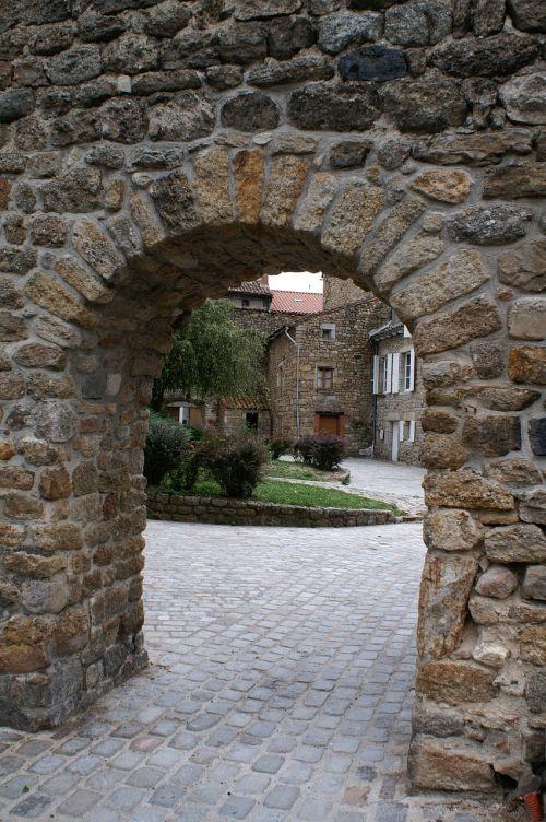 senas namas france,akmens sienos,kiemas,prancūzų kaimas,arkos akmenys,veranda,medžiai,senas bokštas,seni namai,architektūra,senas kaimas,pilkas dangus,audringas dangus,bordo,turizmo miestas,senas pastatas,kaimiškas