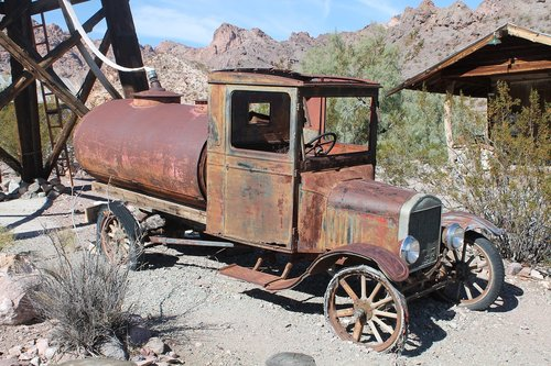old car  rusty car  usa