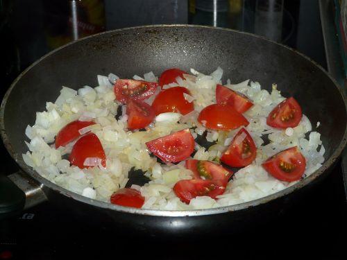 onion tomato pan