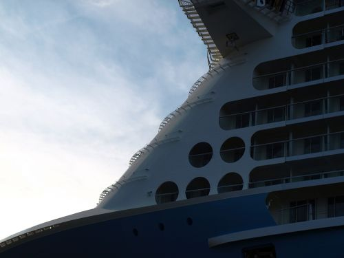 ozeanriese cruise ship front