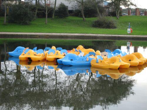 spalvos & nbsp, plaukiojančios & nbsp, valtys, lazdelės & nbsp, valtys, mėlynas & nbsp, ir & nbsp, geltonas, irklinės valtys