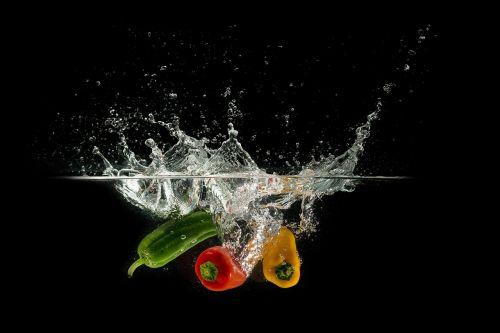 paprika,maistas,vanduo,vandens purslai,žalias,geltona,raudona,daržovės,blubber,smūgis,panardinimas,šlapias