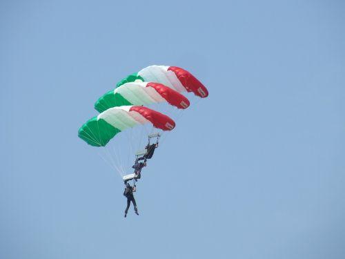 parachute acrobatics hungarian flag