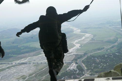 parachutist parachuting military