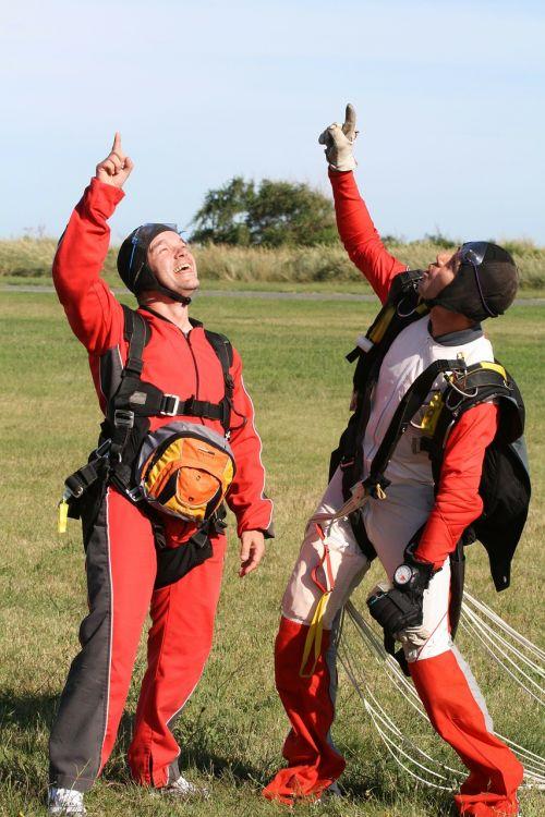 parachutists skydivers skydive