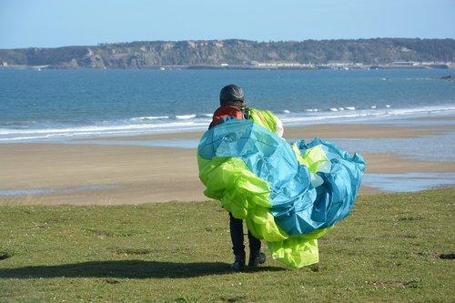 parasparnių, Paraglider, paragliding jody, sparnas sulankstyti, Veil sulankstyti spalva mėlyna žalia, Paraglider priešais jūrą, jūra, Vandens telkinys, papludimys, vasara, Pramogos veikla, šventė, laisvalaikio sporto, skrydis