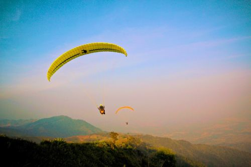 paragliding flying pilot