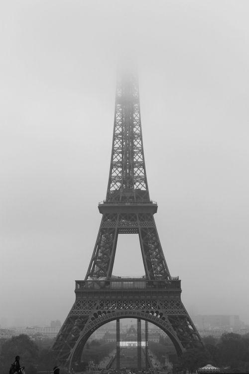 paris eiffel tower fog