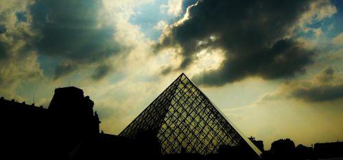 paris pyramid louvre