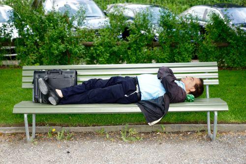 parko suoliukas,verslininkas,miegoti,atsigavimas