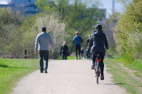 parko gyvenimas,parkas,žmonės,vaikščioti,gyvenimas,gamta,gyvenimo būdas,lauke,miestas,Moteris,pratimas,scena,dviračiu,dviratis,dviratininkas,asmuo,šalmas