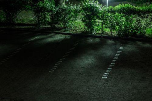automobilių stovėjimo aikštelė,naktis,ženklas,asfaltas,juoda,derva,gatvės lempa,žibintas,lempa,apšvietimas,šviesa,gatvės apšvietimas,gatvės šviesos,kelias,atmosfera,naktinė nuotrauka
