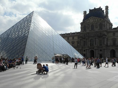 paryż luwr piramida w luwrze