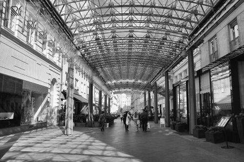 passage urban monochrome