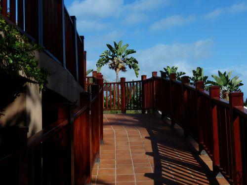 passage emergence railing