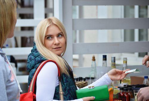 mokėti,pinigai,sandoris,mokėjimas,žalias,piniginė,Rusija,moscow,Itališkas maistas,maistas,sumokėti,moteris,Moteris,mergaitė,klientas,mažmeninė,vartotojiškumas,vartotojas,pardavimas,pirkti,jaunas,pirkėjas,pirkėjas,pirkimas,draugai,moteris apsipirkti,maisto krepšelis,Rusijos rubliai,Rusijos rubliai