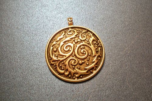 pendant gold medallion