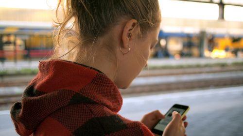 žmonės,moteris,mergaitė,vaikščioti,gatvė,pastatas,vaikščioti,mobilus,telefonas