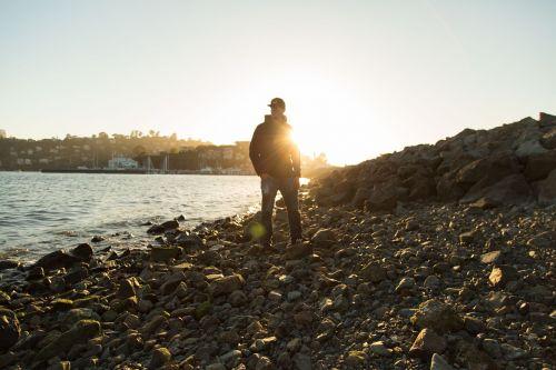 asmuo,Patinas,jaunas,vyras,papludimys,vanduo,vandenynas,saulėlydis,apšvietimas,gyvenimo būdas,vasara,vakaras,saulė,šviesa,šviesti,šventė,atostogos,akmenukai,akmenys,stovintis