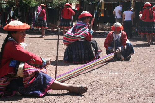 peru weaving ladies