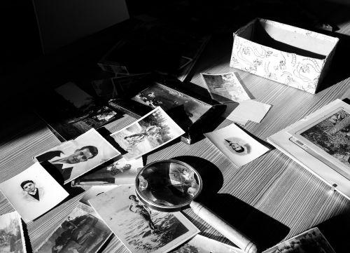 nuotrauka,senyvo amžiaus,nuotraukos,kontrastas,nuotrauka juodai balta,kontempliacija,rankos,vyresnysis,raukšlės,vyresniosios rankos,atsiminimai,darbo stažas,senovės,atmintis,praeitis,padidinamasis stiklas,šviesa,šešėlis,šešėliai,atmosfera,šviesos kontrastas,nero,siluetai