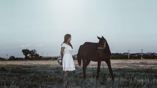 photo session with a horse girl hat