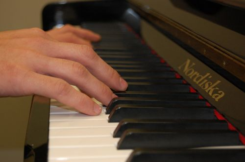 piano hands playing