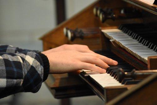 piano  hands  organ